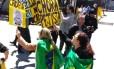 Manifestantes fazem buzinaço na porta da Polícia Federal em SP