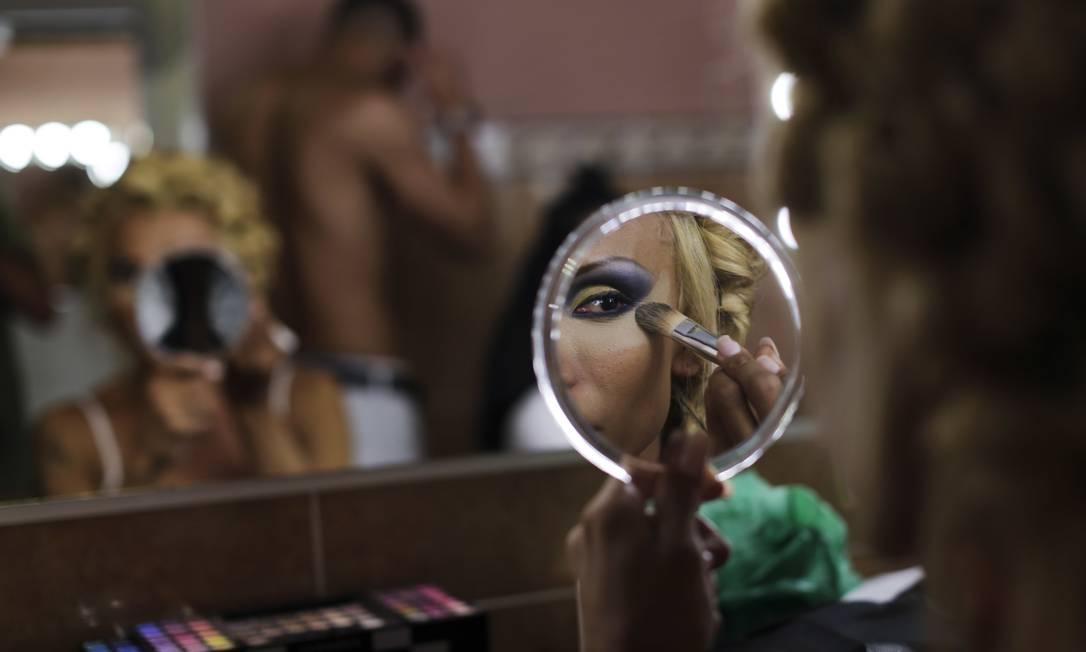 Jey Jonnais, do Panamá, maqueia-se para o Star International 2016 Senhorita Trans Emilio Morenatti / AP