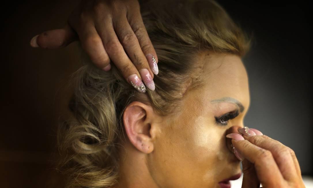 Britanie Eichenholz, da França, maqueia-se para o concurso, uma noite de glamour do mundo trans Emilio Morenatti / AP