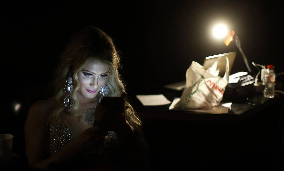 Paris Nemc, da Eslováquia, ao celular durante o intervalo do concurso Manu Fernandez / AP