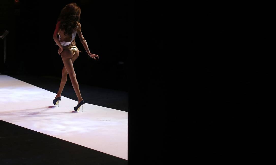 Victoria Caram, da Argentina na passarela. Para competir as concorrentes não são obrigados a ter cirurgia de mudança de sexo Manu Fernandez / AP