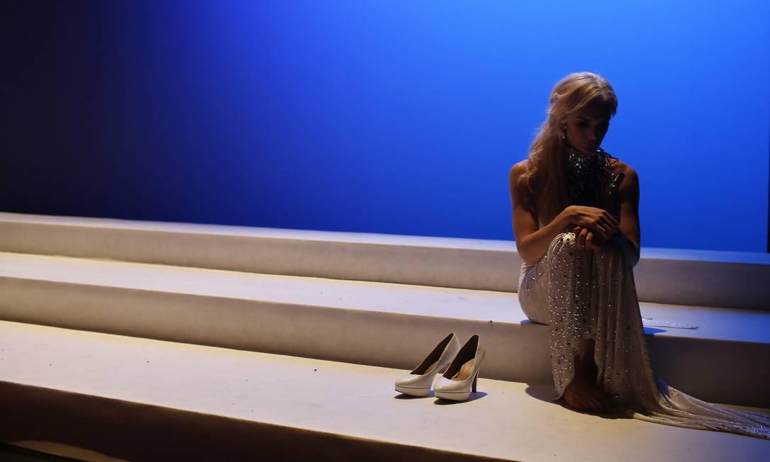 Linni-Rows Wiman, da Suécia, sentada no palco durante o intervalo do Miss Trans Star International Manu Fernandez / AP