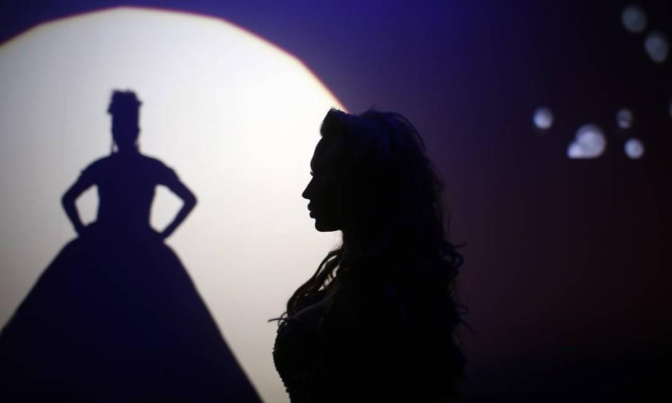 No último domingo, 18 de setembro vinte e oito mulheres de diferentes países participaram do Miss Trans Star International, maior concurso de beleza da Europa para transexuais. Britanie Eichenholc, da França, durante a apresentação em Barcelona, Espanha Foto: Manu Fernandez / AP