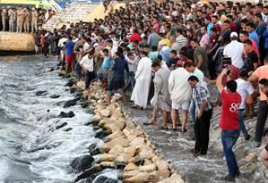 Egípcios aguardam o resgate de vítimas do naufrágio no Mediterrâneo Foto: MOHAMED EL-SHAHED / AFP