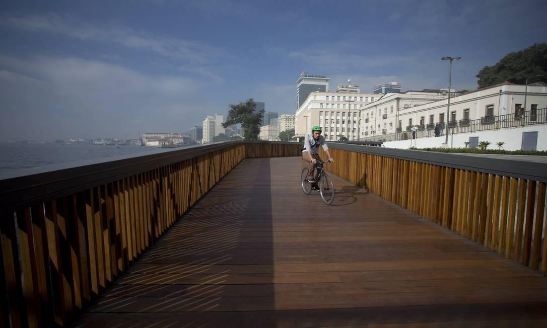 Para o urbanista, o lugar inaugura uma nova convivência da cidade com um espaço público multifuncional, que serve ao pedestre, ao ciclista, ao motorista e ao usuário do VLT. Márcia Foletto / Agência O Globo