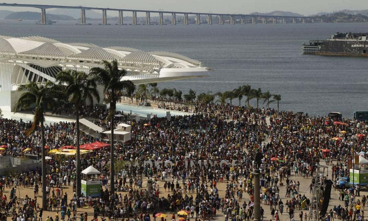No projeto da Orla Conde, a Praça Mauá é o ponto de equilíbrio. Por isso, a localização da estátua do Barão de Mauá foi repensada. Durante os Jogos Olímpicos e Paralímpicos, o local bateu recordes de público. Foto: Gabriel de Paiva / Agência O Globo