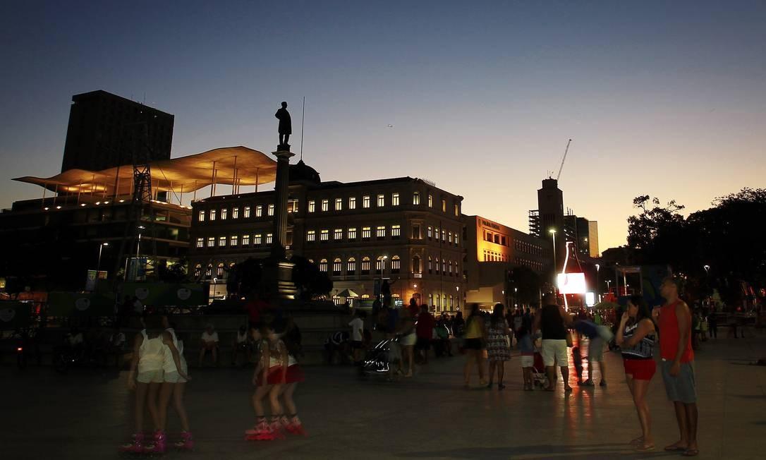Depois da reurbanização, o Centro passou a ser visto pelos cariocas como um lugar de diversão. Na Praça Mauá, crianças costumam andar de bicicleta, skate e patins nos finais de semana. Foto: Luiz Ackermann / Agência O Globo