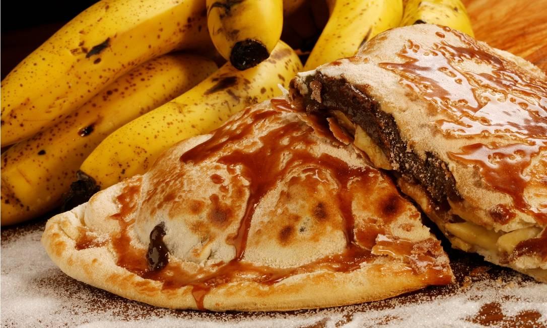 Calzone de banana. No dom Helio, o prato é feito com massa fechada, recheada de banana com brigadeiro de panela (R$ 40,20). Serve até três pessoas. Thiago Ferreira / Divulgação