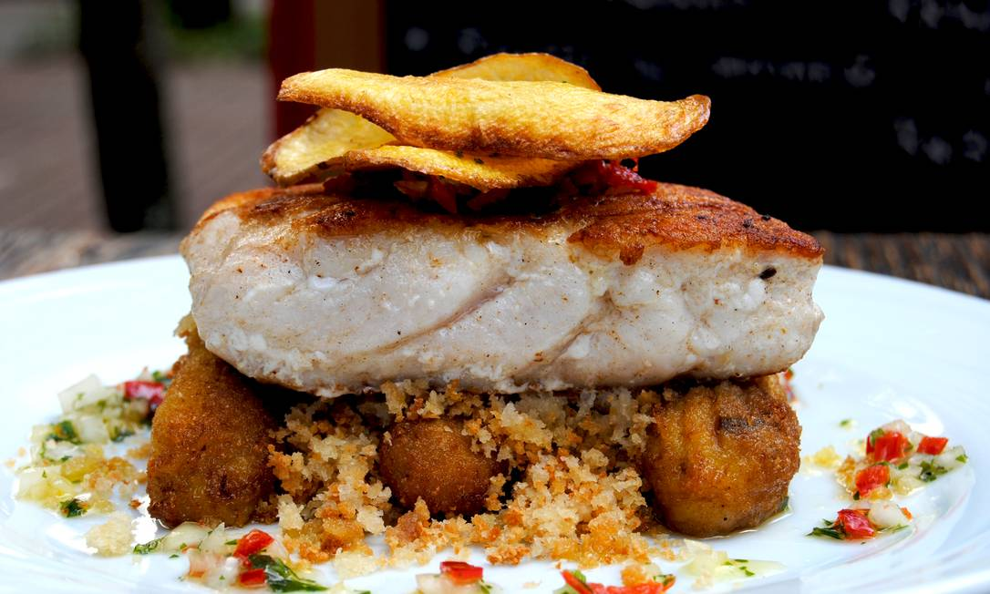 Brasileirinho. No Rosita Café, a sugestão é o filé de dourado com farofa de foccaccia e banana (R$ 53,00). Thaty Magnavita / Divulgação