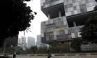 Amanhecer no centro do Rio em frente ao prédio do BNDES e da Petrobrás Foto: Pedro Teixeira / Agência O Globo