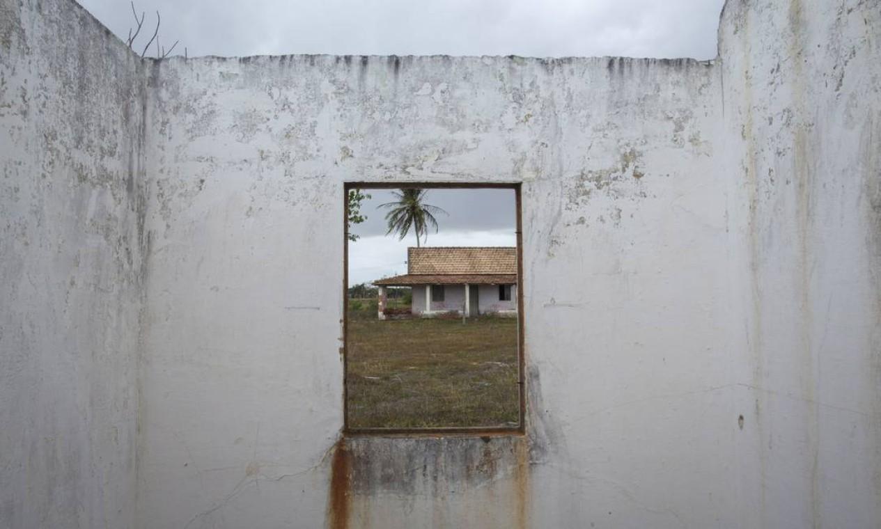 Outra casa abandonada: ao todo, eram mais de 400 áreas rurais na região do distrito industrial Foto: Daniel Marenco / Agência O Globo