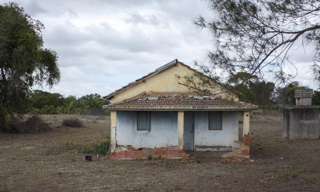 Casa vazia nas bordas do distrito industrial do Porto do Açu: várias propriedades foram esvaziadas para dar lugar ao empreendimento Foto: Daniel Marenco / Agência O Globo