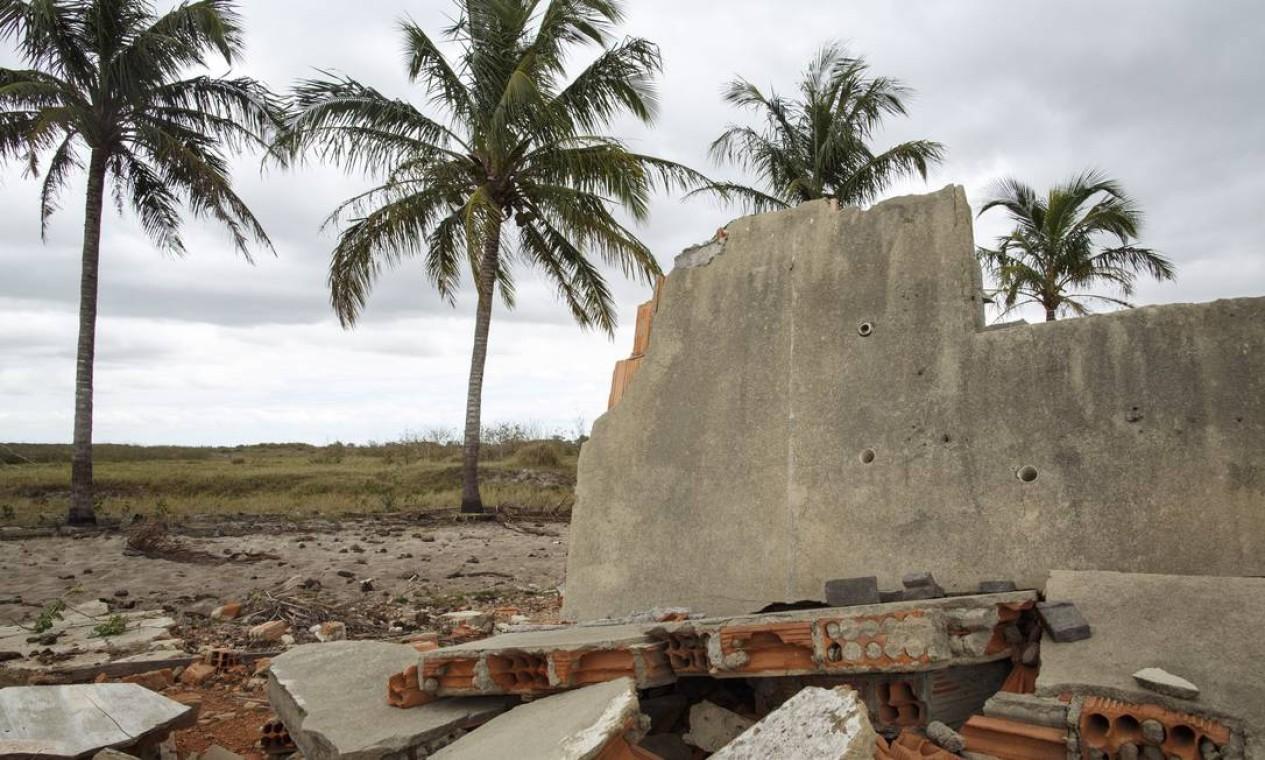 Escombros em frente ao Sítio do Birica: hoje, o vizinho mais próximo da propriedade fica a cinco quilômetros de distância Foto: Daniel Marenco / Agência O Globo