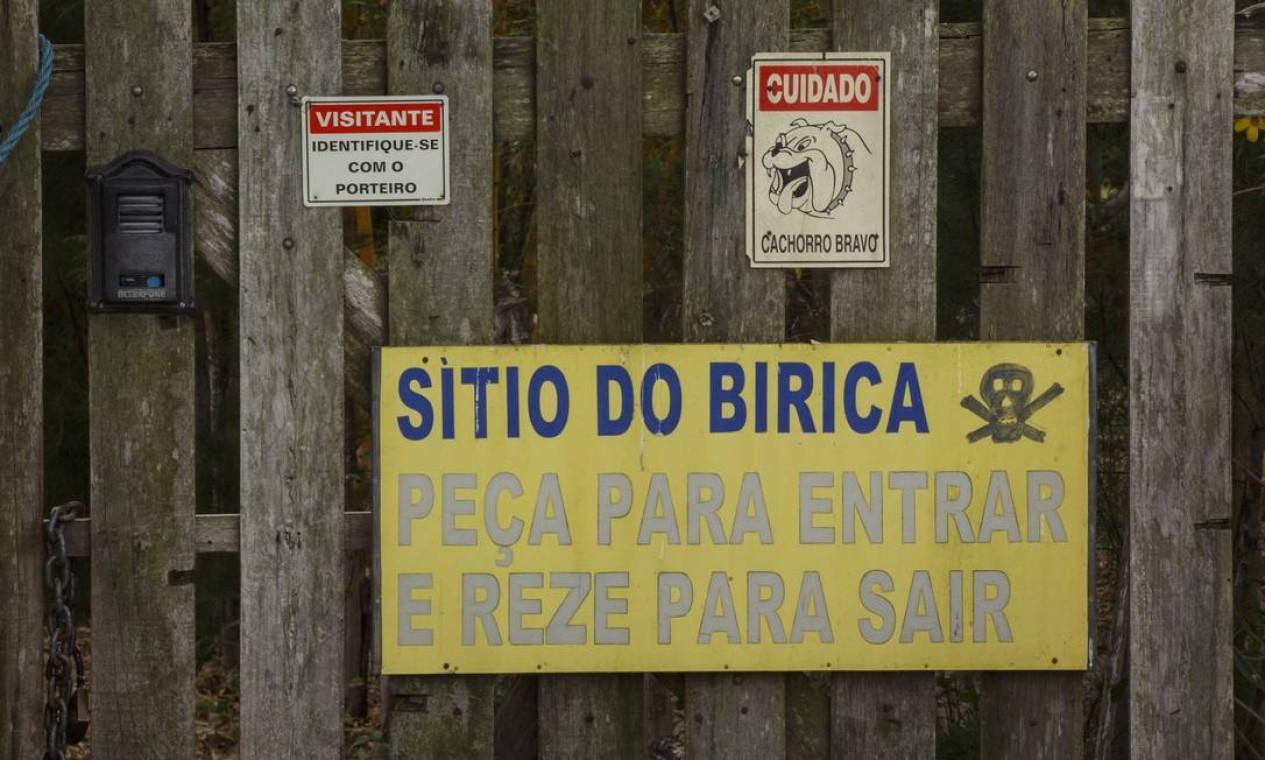 Dona do sítio, Noêmia Magalhães espalhou placas para dar recados a quem tenta tirá-la de sua casa, no meio da área do distrito industrial Foto: Daniel Marenco / Agência O Globo