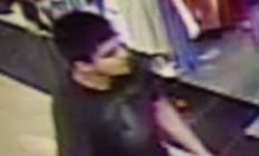 Imagem de câmera de segurança fornecida pelo departamento de emergência do condado de Skagit, no estado americano de Washington, mostra o homem, descrito como hispânico, que teria aberto fogo com um rifle no shopping Cascade Mall, na cidade de Burlington, matando ao menos quatro mulheres e um homem Foto: AP/Reprodução