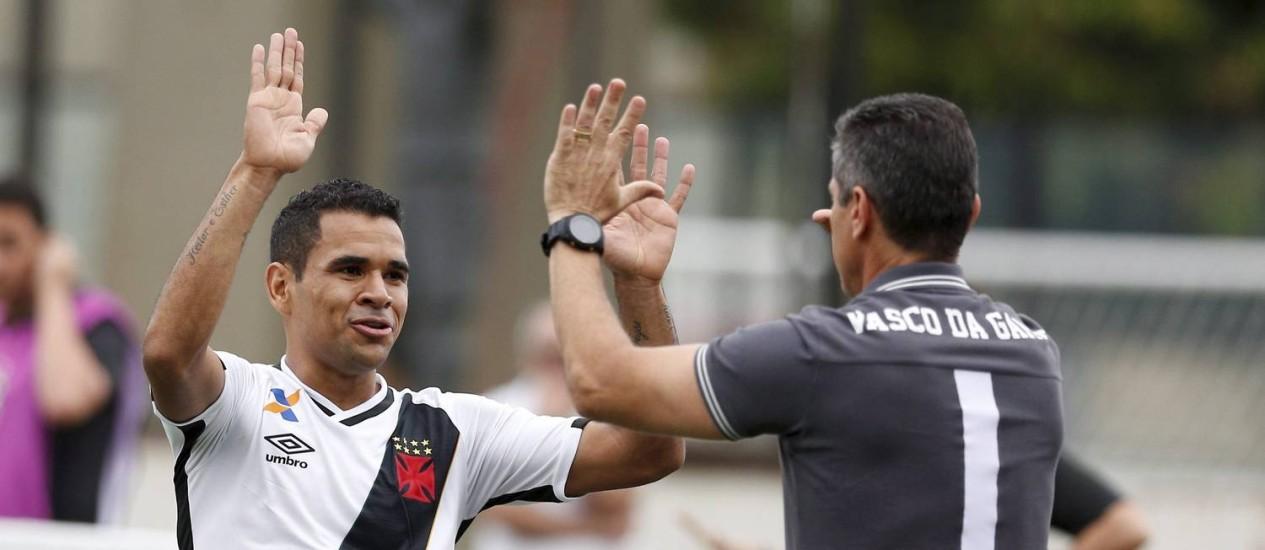 Ederson cumprimenta o técnico Jorginho após marcar o primeiro gol do Vasco sobre o Atlético-GO em São Januário Foto: Marcelo Carnaval / Agência O Globo