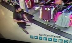 Imagens de câmeras de segurança mostram suspeito Foto: HANDOUT / REUTERS