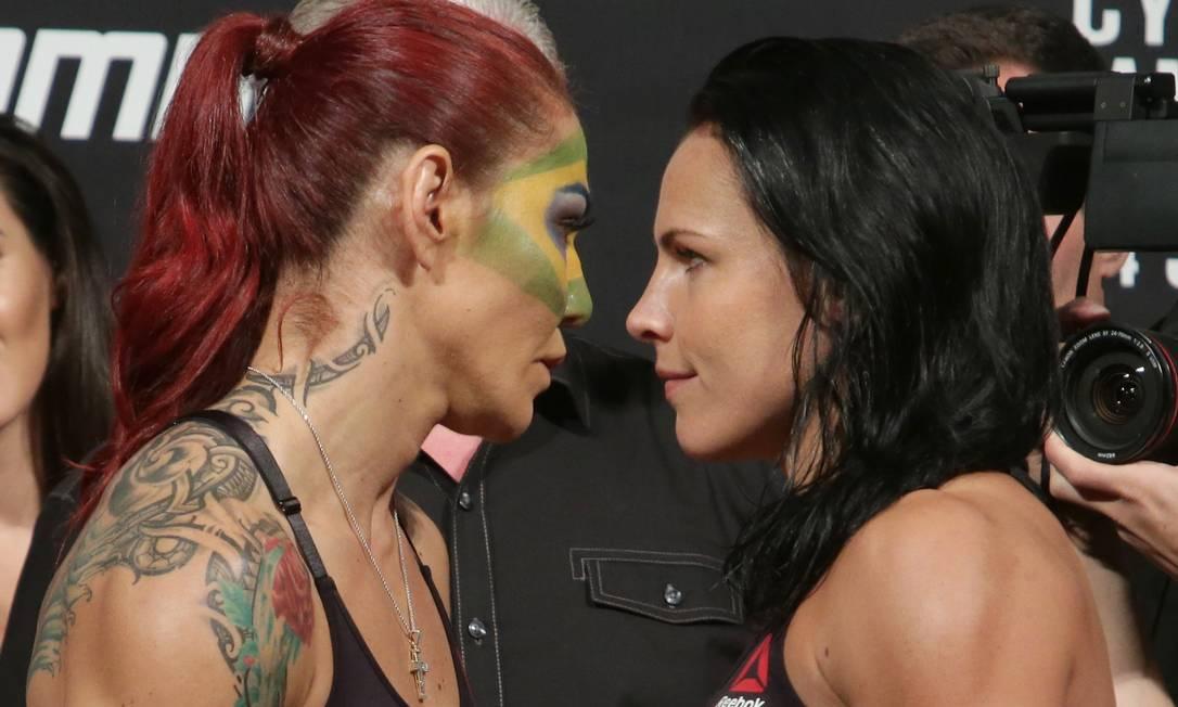 Cris Cyborg, pintada no rosto com as cores da bandeira do Brasil, encara, durante a pesagem, a sueca Lina Lansberg, adversária no UFC Brasília Eraldo Peres / AP
