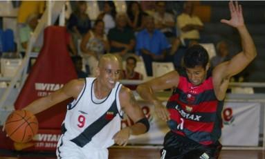 Em novembro de 2003, um dos muitos jogos da rivalidade entre Vasco e Flamengo no basquete, que renasce em 2016 Foto: Fernando Maia / Agência O Globo