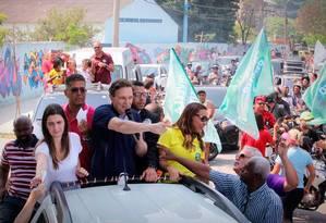 O candidato do PRB, Marcelo Crivella, faz carreata em Bangu: campanha se concentra nas zonas Oeste, Norte, além da presença em comunidades Foto: Divulgação
