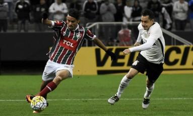 Scarpa conduz a bola pelo Fluminense, em partida válida pela Copa do Brasil, contra o Corinthians Foto: Mailson Santana / Fluminense FC
