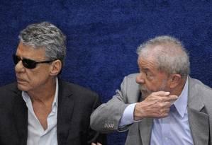 O compositor Chico Buarque e o ex-presidente Luiz Inácio Lula da Silva Foto: Pedro França/Agência Senado/29-8-2016