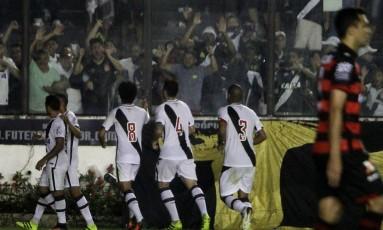 Jogadores do Vasco festejam perto da torcida em São Januário um dos gols na vitória por 2 a 0 sobre o Atlético-GO Foto: Paulo Fernandes / Vasco.com.br