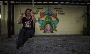 Noêmia Magalhães, aos 70 anos, resiste há seis anos a tentativas de desapropriação do sítio em que vive, em São João da Barra: Foto: Daniel Marenco / Agência O Globo