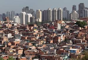 Favela Paraisópolis, na Zona Sul de São Paulo, com prédios de luxo ao fundo: na região, a espera por uma vaga numa creche da prefeitura pode demorar até 527 dias; déficit é tema lembrado pelas campanhas eleitorais Foto: Marcos Alves / Agência O Globo