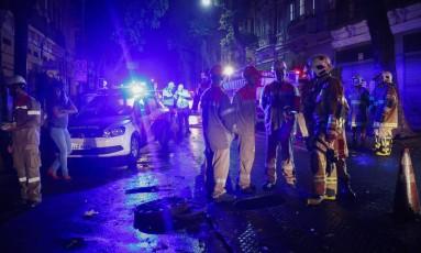 Técnicos da Light e bombeiros próximo ao bueiro que explodiu Foto: Guilherme Leporace / Agência O Globo