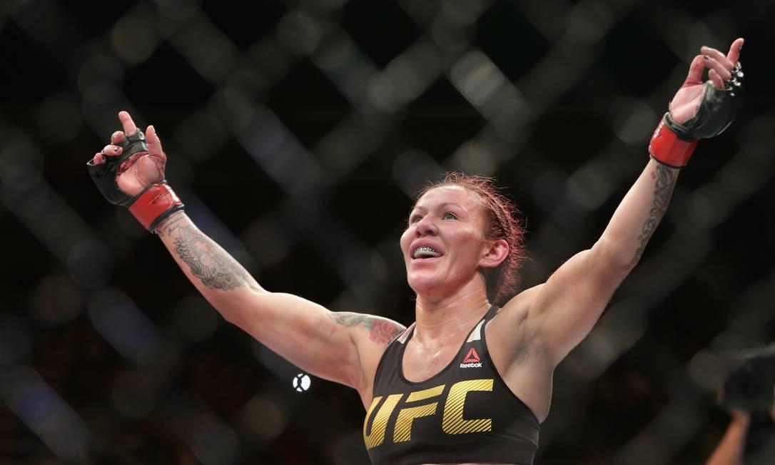 Cris Cyborg comemora vitória sobre a sueca Lina Lansberg no UFC Brasília: nocaute técnico no 2º round, em mais uma noite de consagração da brasileira, invicta no MMA desde 2005 Eraldo Peres / AP