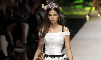 Para o verão 2017, a Dolce & Gabbana celebrou a Itália com estampas bem-humoradas, além de dar um toque de modernidade ao estilo luxuoso da grife Foto: Antonio Calanni / AP