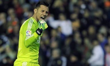 Diego Alves superou Zubizarreta como maior pegador de pênaltis do futebol espanhol Foto: STRINGER/SPAIN / REUTERS