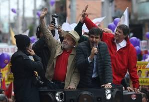 Lula participa de evento eleitoral ao lado de Gabriel Chalita, candidato a vice, e Fernando Haddad (PT) Foto: pedrokirilos / Agência O Globo
