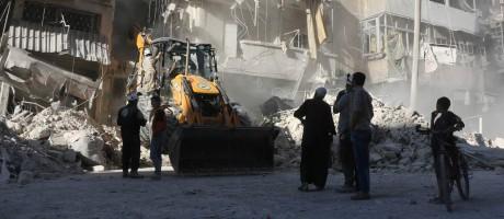 Civis acompanham retirada de entulho após ataques aéreos no bairro rebelde de Tariq a-Bab, em Aleppo Foto: THAER MOHAMMED / AFP