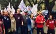 Raul Pont (de boné) faz campanha pela prefeitura de Porto Alegre ao lado de outros petistas, como os ex-ministros Miguel Rossetto e Maria do Rosário, e o deputado Henrique Fontana