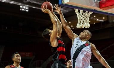 Jogador do Vasco bloqueia ataque do Flamengo em partida em que os vascaínos venceram os rubro-negros por 84 a 80, em Fortaleza Foto: Stephan Eilert / Solar Cearense / divulgação