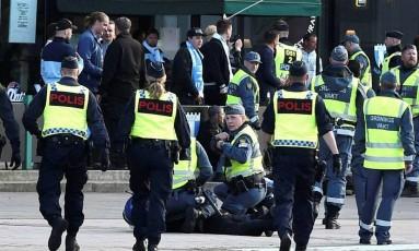 Agentes socorrem vítima após disparos em Malmo, na Suécia Foto: Reprodução