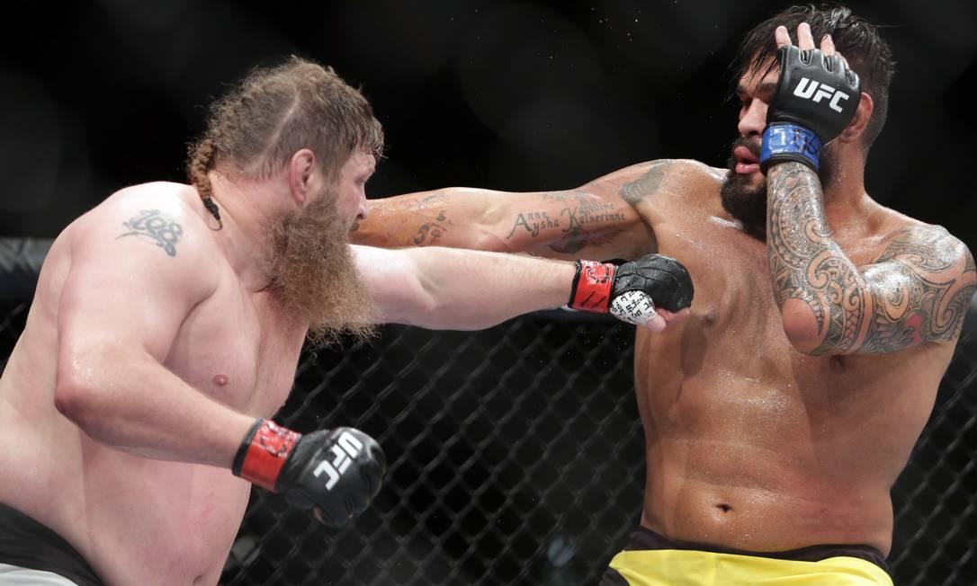O americano Roy Nelson derrotou por nocaute, no 2º round, Antônio Pezão, no UFC Fight Night em Brasília Eraldo Peres / AP