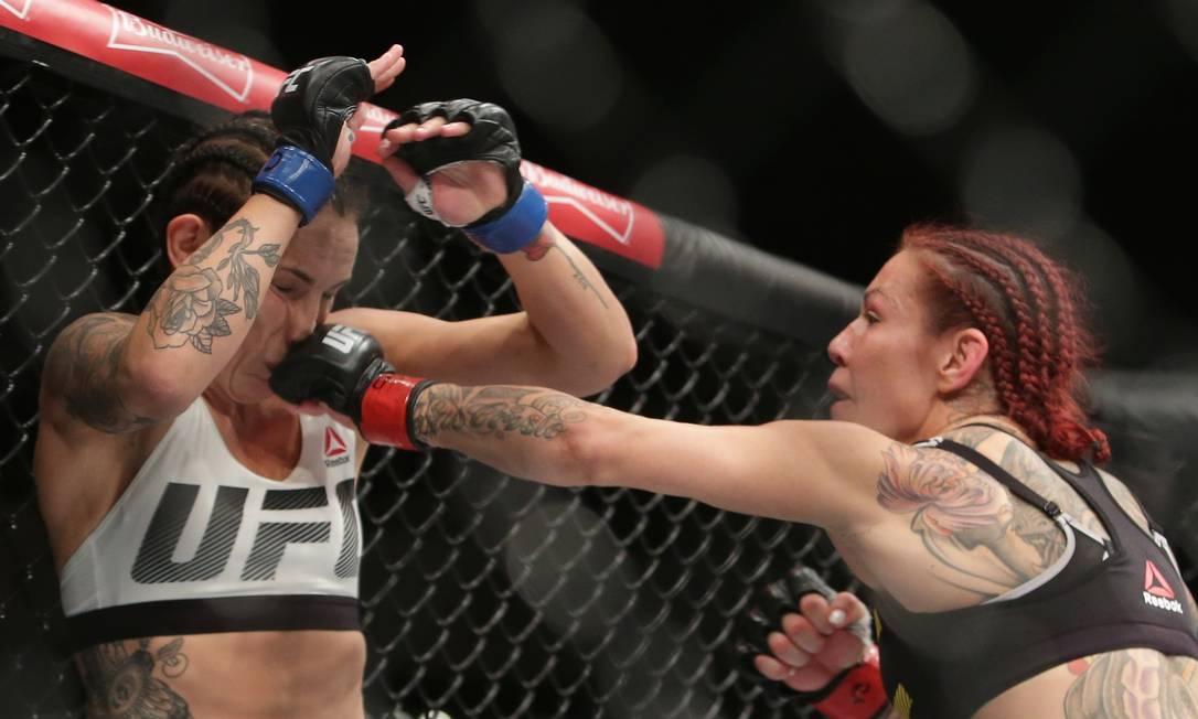 Cris Cyborg acerta um direto em Lina Lansberg na luta que venceu por nocaute técnico no UFC Brasília Eraldo Peres / AP