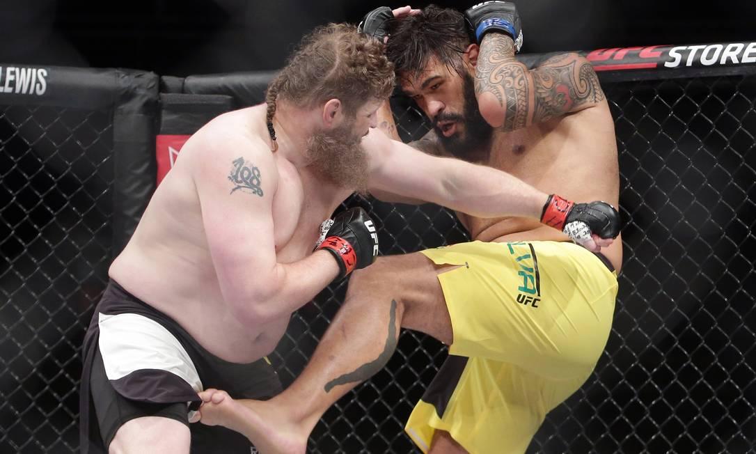 Roy Nelson, conhecido pela potência de seus socos, derrotou Antônio Pezão, que sofreu mais um revés no UFC Eraldo Peres / AP