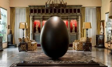 """A obra """"Dark swamp (nest)"""": um ovo negro cercado de jacarés plotados no chão, na sala Renascença da instituição Foto: Mario Grisolli"""