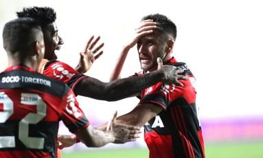 Com Everton (22) e Rafael Vaz, Mancuello comemora o golaço salvador, que deu a vitória de virada ao Flamengo sobre o Cruzeiro, nos minutos finais Foto: Gilvan de Souza / Flamengo divulgação