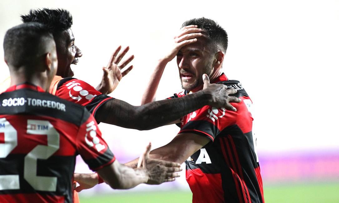 Com Everton (22) e Rafael Vaz, Mancuello comemora o golaço salvador, que deu a vitória de virada ao Flamengo sobre o Cruzeiro, nos minutos finais Gilvan de Souza / Flamengo divulgação