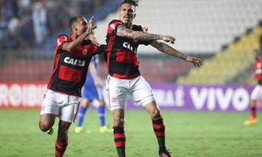 Guerrero festeja o belo gol que marcou, o primeiro do Flamengo na virada por 2 a 1 sobre o Cruzeiro em Cariacica Foto: Gilvan de Souza / Flamengo divulgação