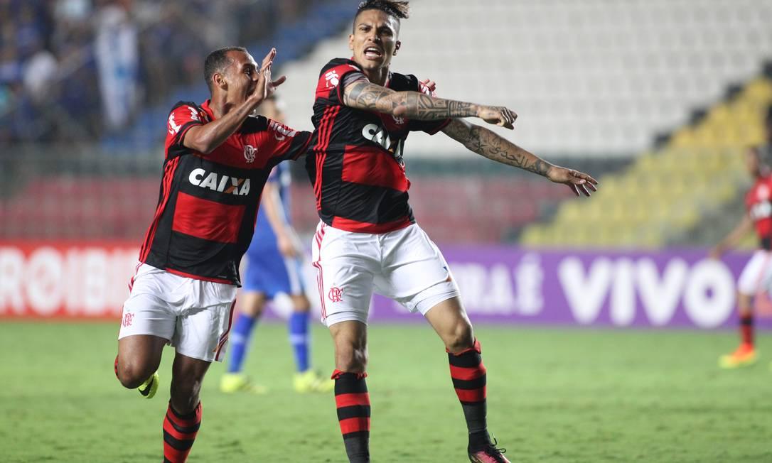 Guerrero festeja o belo gol que marcou, o primeiro do Flamengo na virada por 2 a 1 sobre o Cruzeiro em Cariacica Gilvan de Souza / Flamengo divulgação