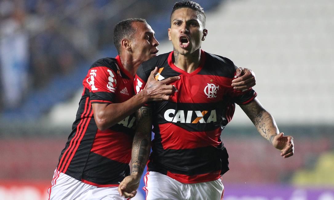 Abraçado por Alan Patrick, Guerrero comemora golaço pelo Flamengo contra o Cruzeiro Gilvan de Souza / Flamengo