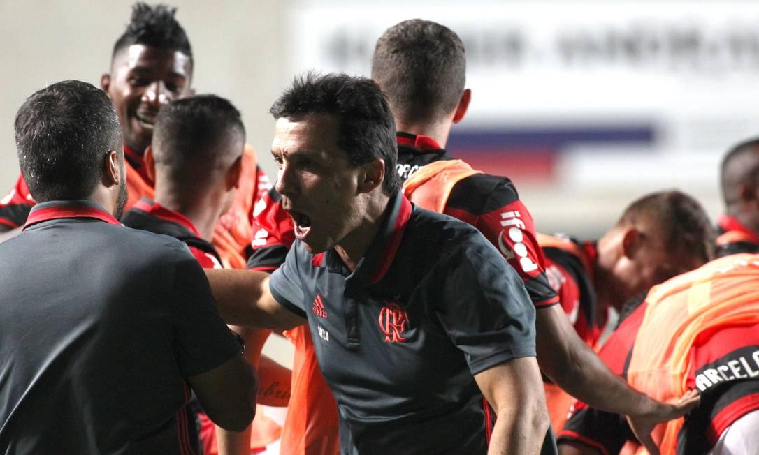 O técnico Zé Ricardo comemora gol do Flamengo sobre o Cruzeiro: vitória dramática Gilvan de Souza / Flamengo