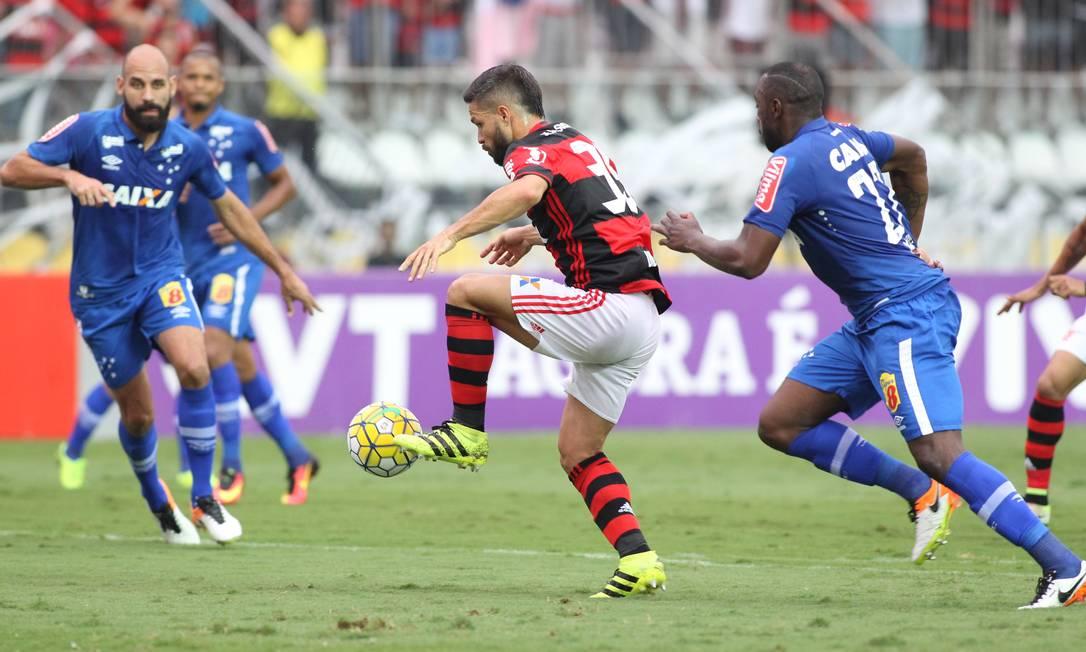 O meia Diego, um dos principais jogadores do Flamengo, domina a bola com o pé esquerdo e arma mais uma jogada de ataque contra o Cruzeiro Gilvan de Souza / Flamengo