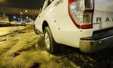 Marcas de tiros no veículo e manchas de sangue no chão Foto: Guilherme Leporace / Agência O Globo